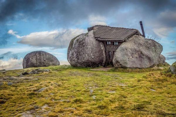 В Португалии построили каменный дом из сериала «Флинтстоуны»