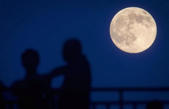 SpaceX отправит двух туристов вокруг Луны в 2018 году