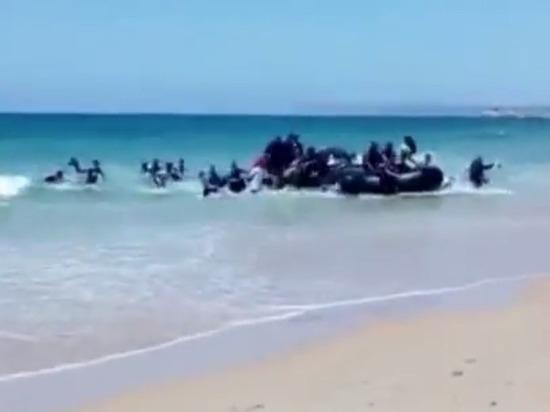 Прибывшие на надувной лодке мигранты напугали отдыхающих в Испании