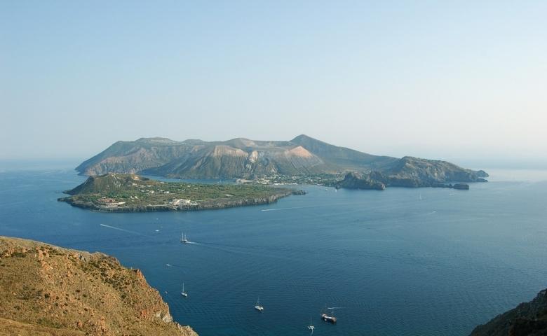 В Италии проснулся вулкан на острове, где отдыхают богатые туристы